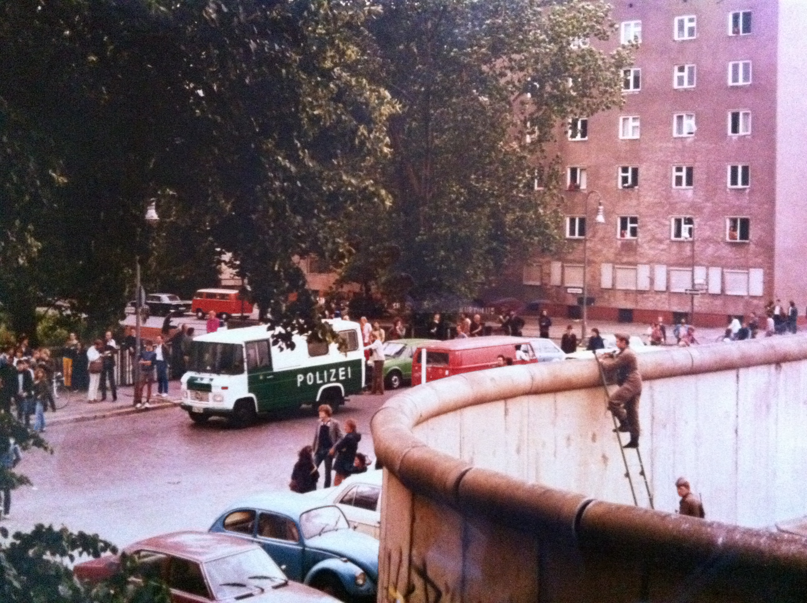 Berlin 1982: Demonstration in Kreuzberg und neugierige Grenzer in Ostberlin